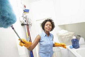 Frau macht Hausarbeit foto