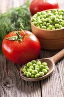 grüne Erbsen und frisches Gemüse