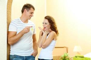 junges Paar mit Schlüsseln zu Ihrer neuen Hausnahaufnahme foto