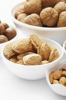 verschiedene Nüsse in Schalen foto