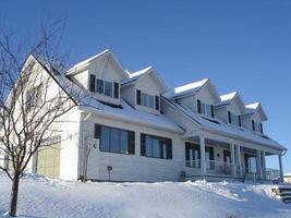 großes Haus mit Dachgauben landschaftlich reizvoll foto