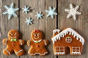Weihnachts-Lebkuchenpaar und Hauskekse