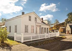 Haus mit weißem Lattenzaun foto
