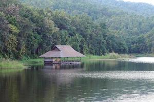 traditionelle schwimmende häuser in thailand foto
