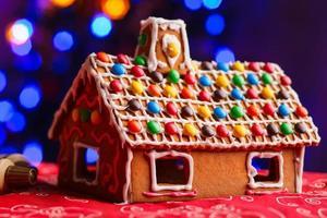 Lebkuchenhaus mit bunten Süßigkeiten verziert