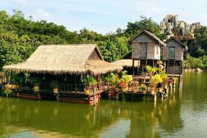 Ein Ferienort in Kambodscha mit Häusern auf Stelzen