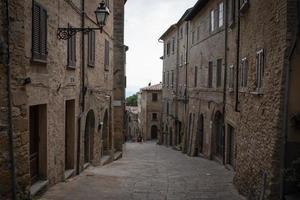 Straßenansicht in der italienischen Stadt foto