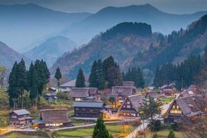 Blick auf Ainokura Dorf mit Häusern foto