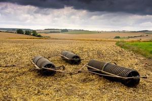 landwirtschaftliche Geräte unter stürmischem Himmel foto