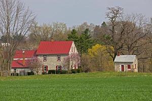Bauernhaus aus kolonialem Kalkstein und Sommerküchenfrühling
