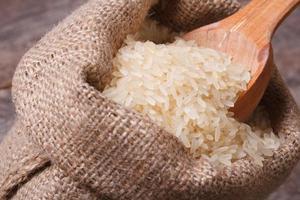 langer trockener Reis auf Holzlöffelmakro im Sack