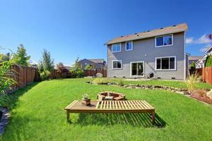 Haus mit großem Garten und Terrassenbereich foto