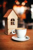 kleines Haus mit Kaffeetasse