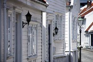 weiße Häuser in einer Straße