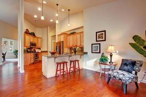 Hausinnenraum mit hoher Decke. Küche