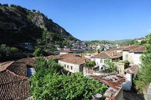 die alten berathäuser auf albanien foto