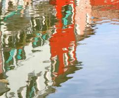 bunte Häuser auf der Insel Burano spiegelten sich im Wasser