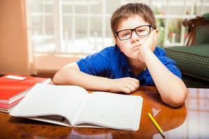 Tween gelangweilt von den Hausaufgaben foto