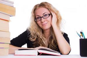 lächelndes Studentenmädchen mit Stapel Bücher foto