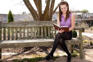 Frau liest ein Buch foto