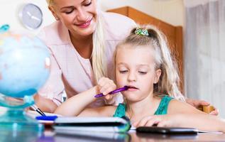 glückliche Mutter hilft kleine Tochter