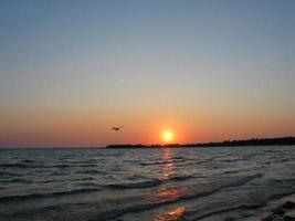 Flugzeug in den Sonnenuntergang foto