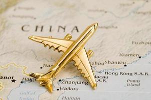 goldene Flugzeugfigur oben auf Karte von China foto