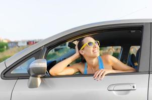 Autofahrerin glücklich foto
