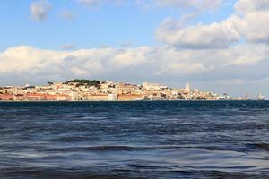Blick über den Fluss Tajo in Richtung der historischen Stadt Lissabon
