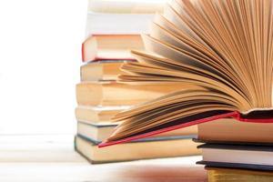 Stapel bunter Bücher auf Holztisch. zurück zur Schule.
