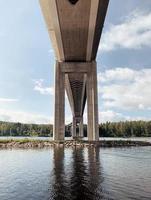 graue Betonbrücke über einen Fluss