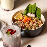 Quinoa-Gericht mit Radieschen und Chia-Pudding