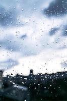 Fenster mit Regentropfen darauf