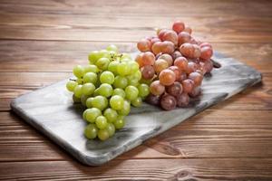 leckere Trauben auf einem Küchentisch