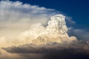 Gewitterwolken im Sonnenuntergangslicht gebadet