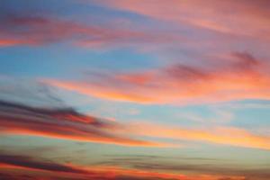 schöner bewölkter Himmelhintergrund bei Sonnenuntergang bereit für Ihr Design