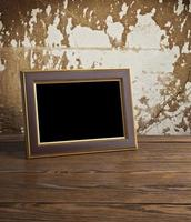alter Fotorahmen auf dem Holztisch