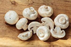 Lebensmittel. Champigonons mit frischen weißen Pilzen foto