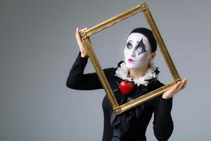 Frau in Verkleidung Harlekin im Bilderrahmen