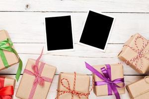 Fotorahmen und Geschenkboxen mit Bändern foto