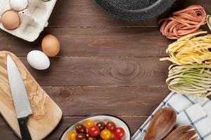 Nudeln kochen Zutaten und Utensilien foto