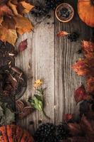 Rahmen von Herbstgeschenken mit Filmfiltereffekt