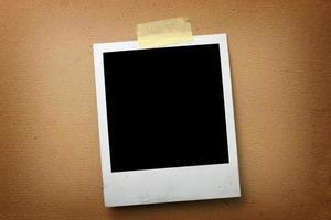 alter Fotorahmen auf Papierhintergrund foto