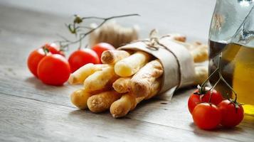 Grissini, Kirschtomaten und Olivenöl