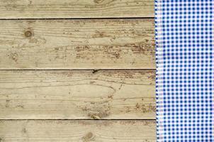 blaue Tischdecke über Holztisch