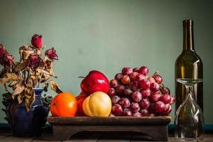 Früchte in einem Tablett auf einem Tisch. foto