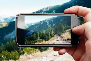 Handyfoto des Smartphones auf Berglandschaft foto
