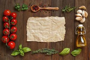 Bastelpapier mit Rand aus Gemüse, Kräutern und Olivenöl foto
