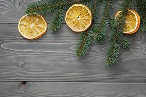 Fichtenzweig mit getrockneten Orangenscheiben