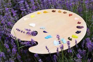 Staffelei im Lavendelfeld